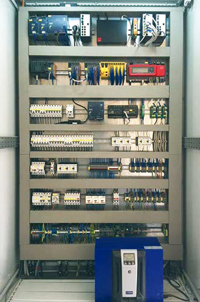Control cabinet for energy management and battery control system – featuring a controller, safety components and SiteManager.