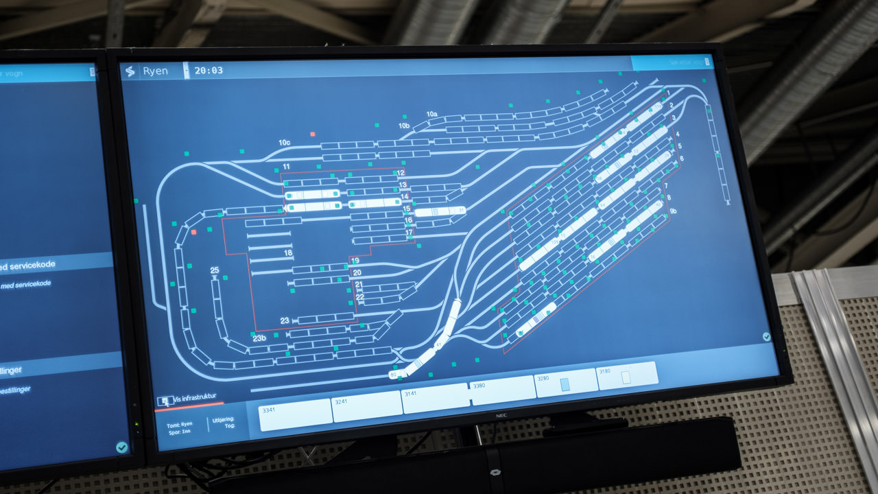 On large displays, employees can retrieve all the data for each vehicle – including the current location in the sprawling depots.