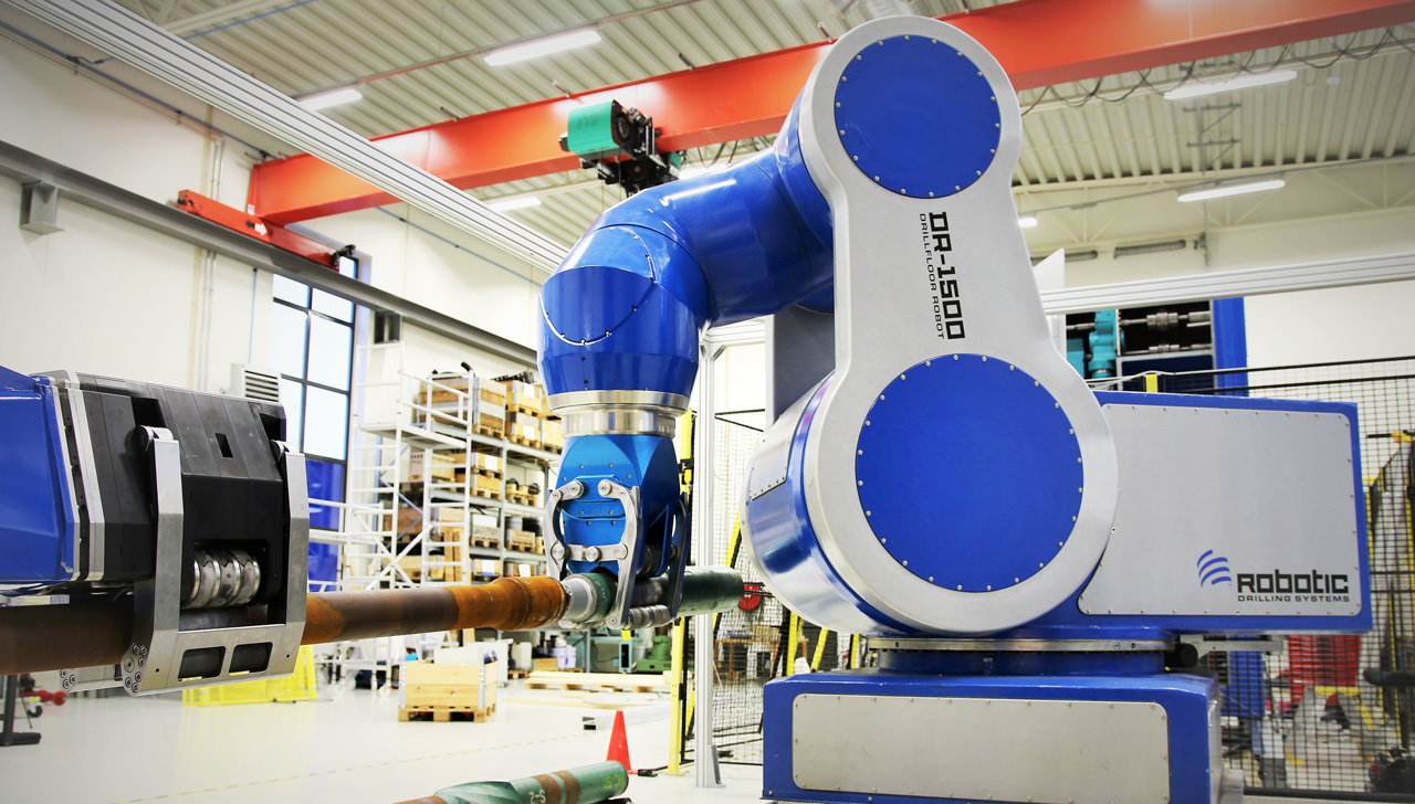 Multi-axial drill floor robot designed for handling pipes and drill heads.