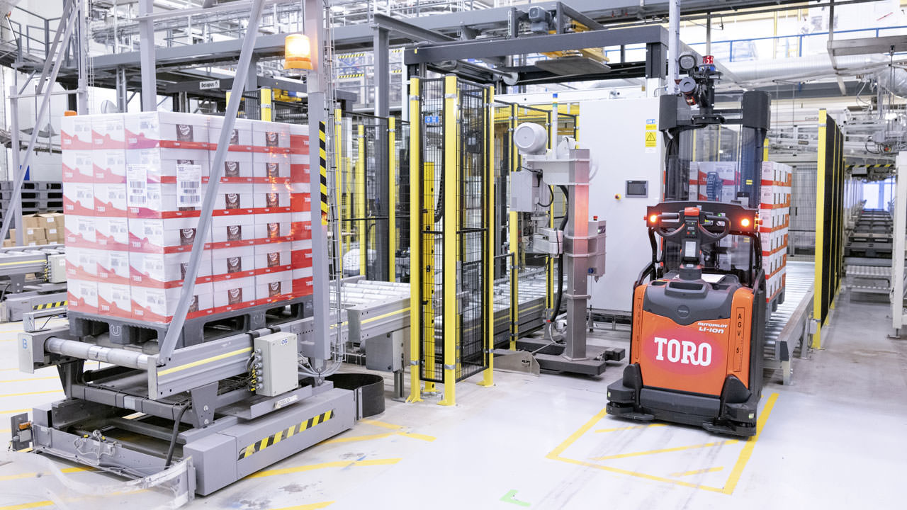 The Orkla factory in Indre Arna is highly automated and requires reliable communication for applications such as automated transport of raw materials and finished products.