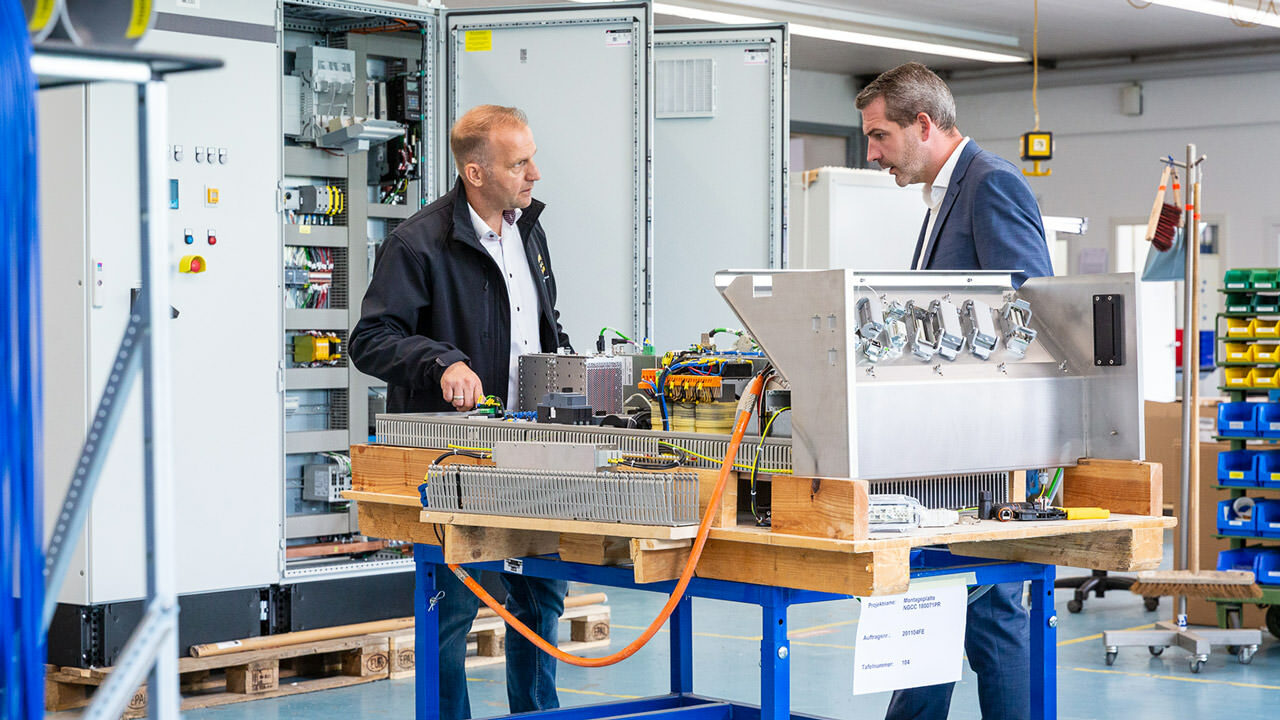Customer-specific interface solutions for a control cabinet: René Heiden, Operations Manager at SUATEC (right), in conversation with Guido Steenbock, Sales Engineer at HARTING Germany.